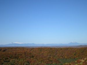 冠雪の雄阿寒岳(右)と雌阿寒岳(左)