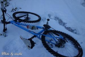 雪の下は厚い氷