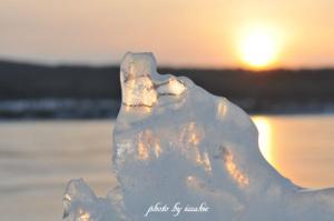 夕日に映える御神渡りの氷