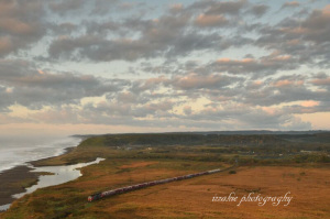 朝焼けの中を走る貨物列車