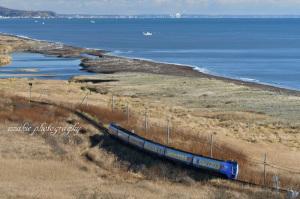 キハ283系とシシャモ漁船