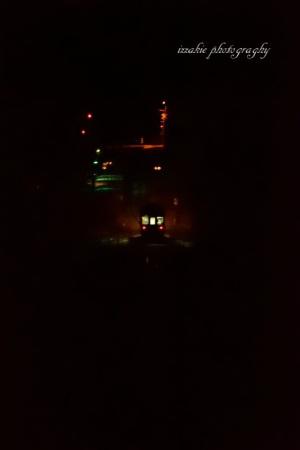 闇に浮かぶ駅と列車