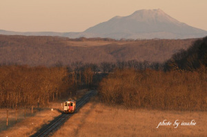 雄阿寒岳と地球探索鉄道花咲線ラッピングトレイン